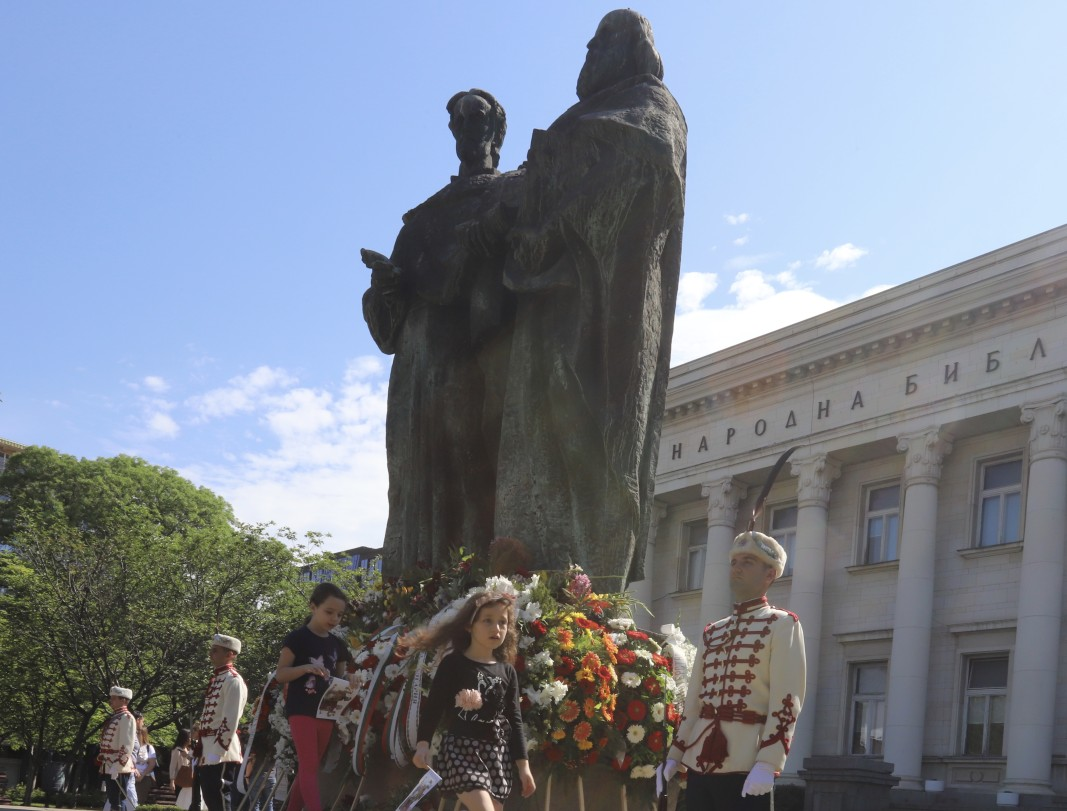 Граждани положиха цветя пред паметника на светите братя Кирил и Методий пред Националната библиотека.
