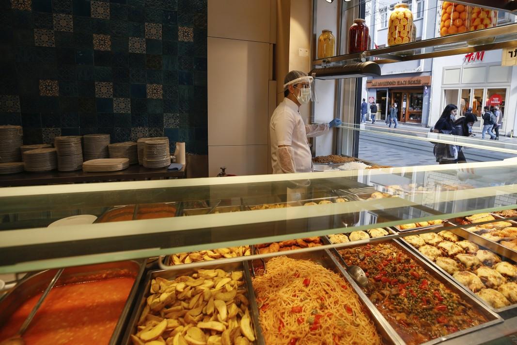 Ресторант в Истанбул чака клиенти.                  Снимка: БТА