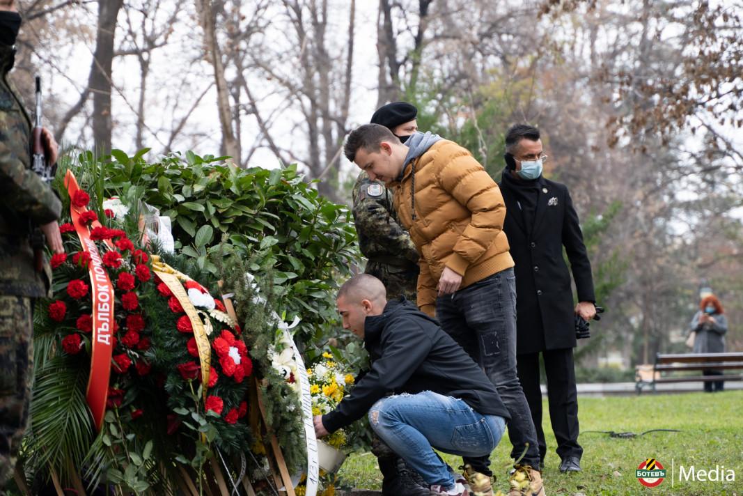 Димитър Тонев и Тодор Неделев пред паметника на Христо Ботев