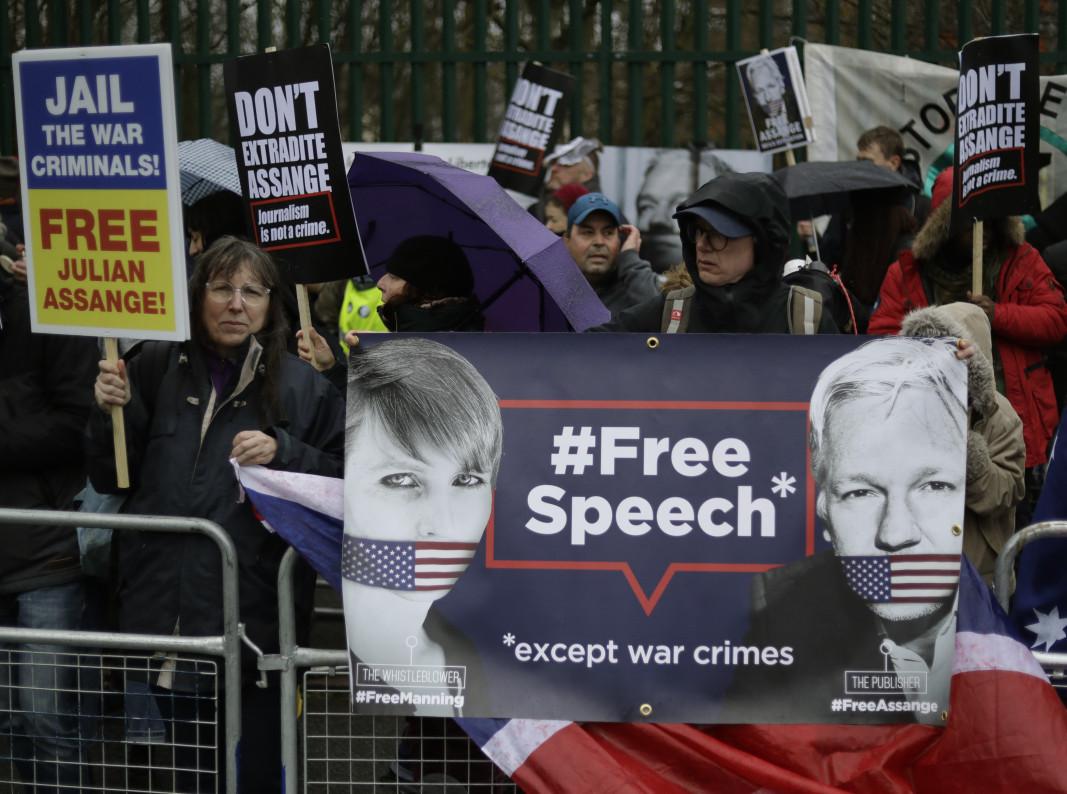 Привърженици на Асандж протестират пред съда срещу евентуалното му екстрадиране.