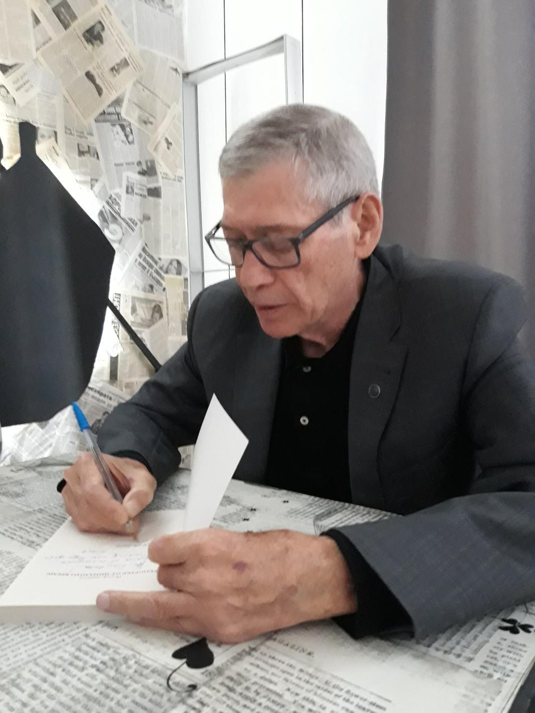 Йосиф Давидов дава автографи по време на представянето на книгата в София