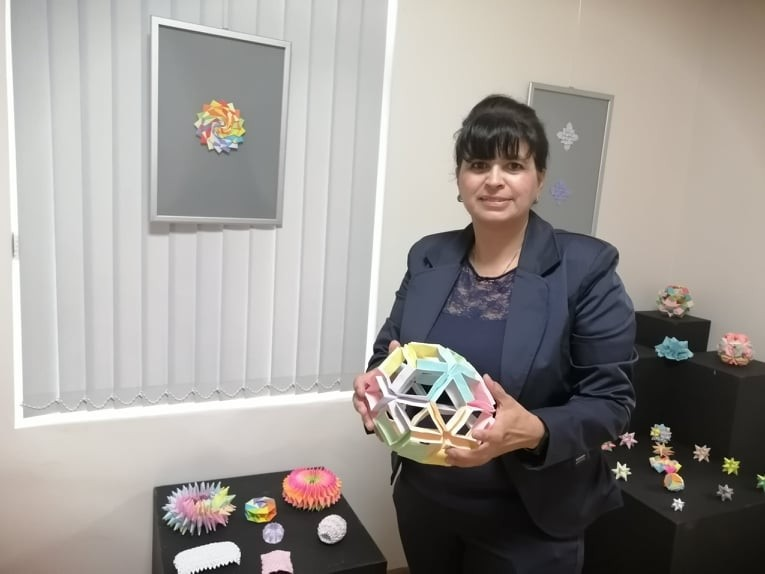 Повече от 15 години Орлинка Пенчева се занимава с оригами. Снимка Латинка Светозарова