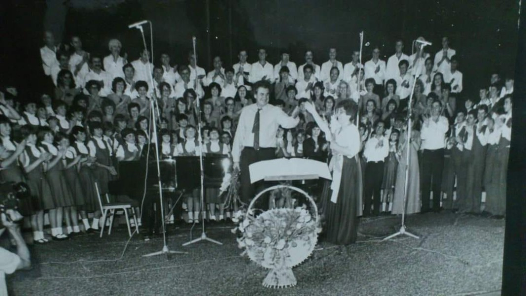 Ο Μίκης Θεοδωράκης με την Πέτια Πάβλοβιτς και τις χορωδίες της στο Καζανλάκ το 1983