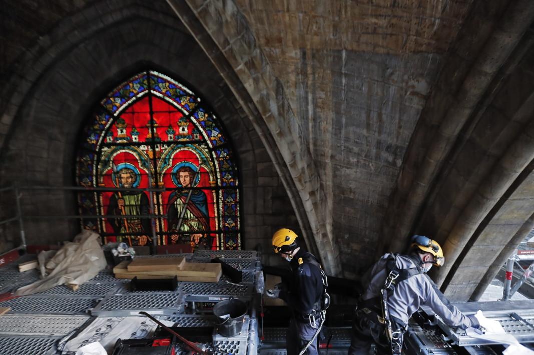 Работници възстановяват катедралата, 15 април 2021 г.