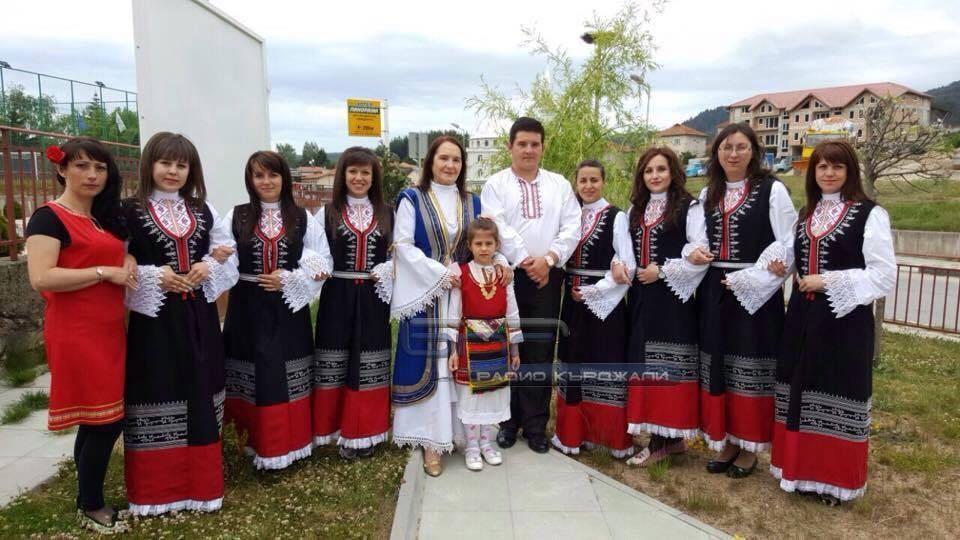Рафаел Боболев, Савка Сариева и фолклорната група от Доспат. Снимка: личен архив.