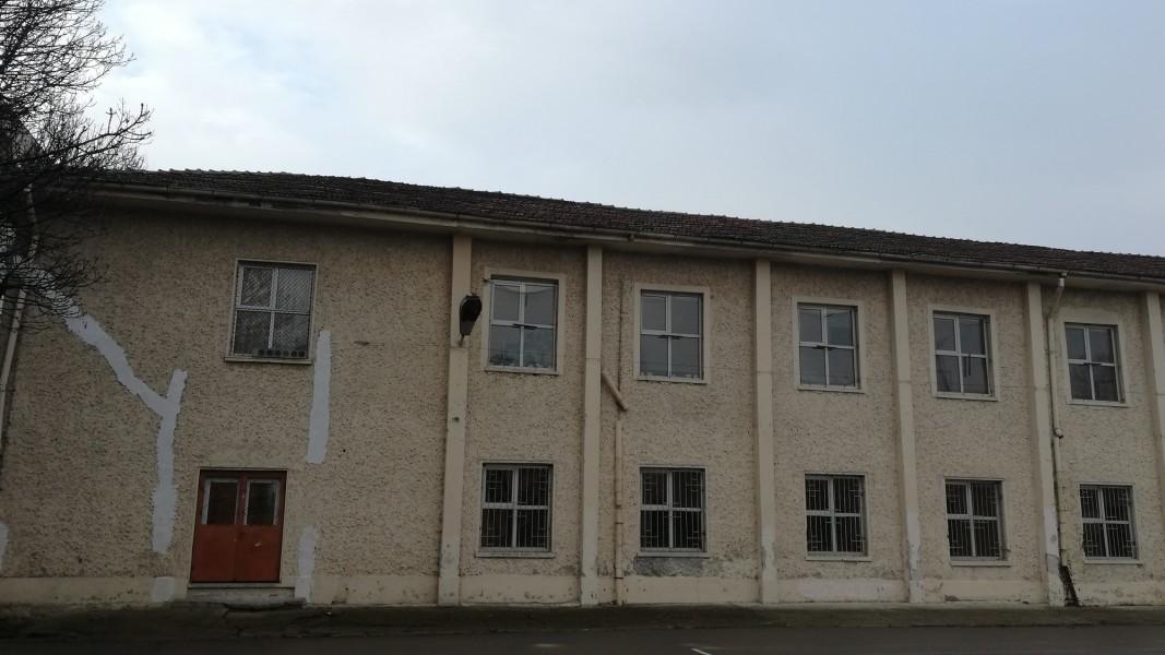 Сградата се нуждае от основен и укрепителен ремонт.