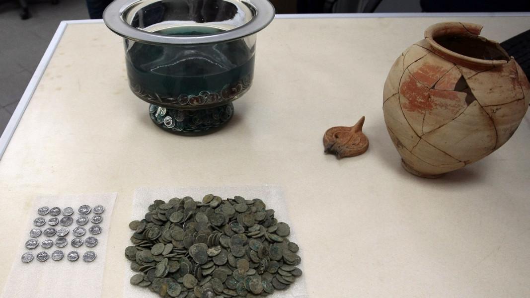 """Сред находките на археолозите в района на площад """"Св. Неделя"""" е съкровище от 2976 сребърни денари, укрито в керамичен съд"""