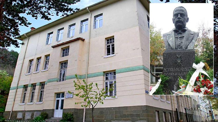 Le Musée du textile et le monument de Dobri Jélyazkov
