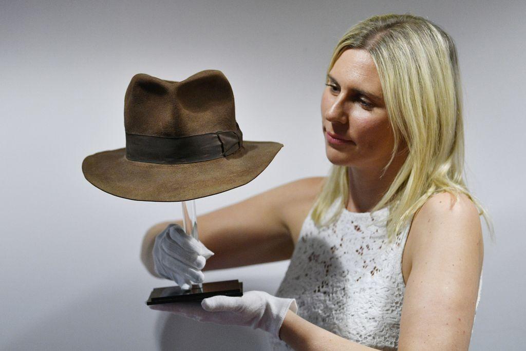 Иконичната шапката на Индиана Джоунс бе продадена за над $500