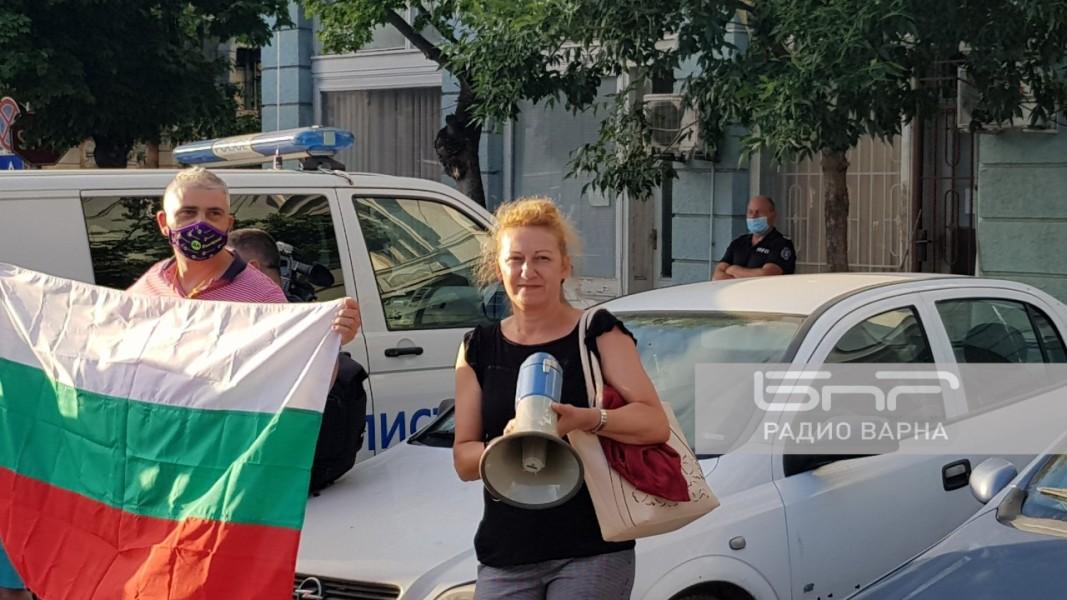 Общинският съветник Стела николова пред сградата на ОД на МВР