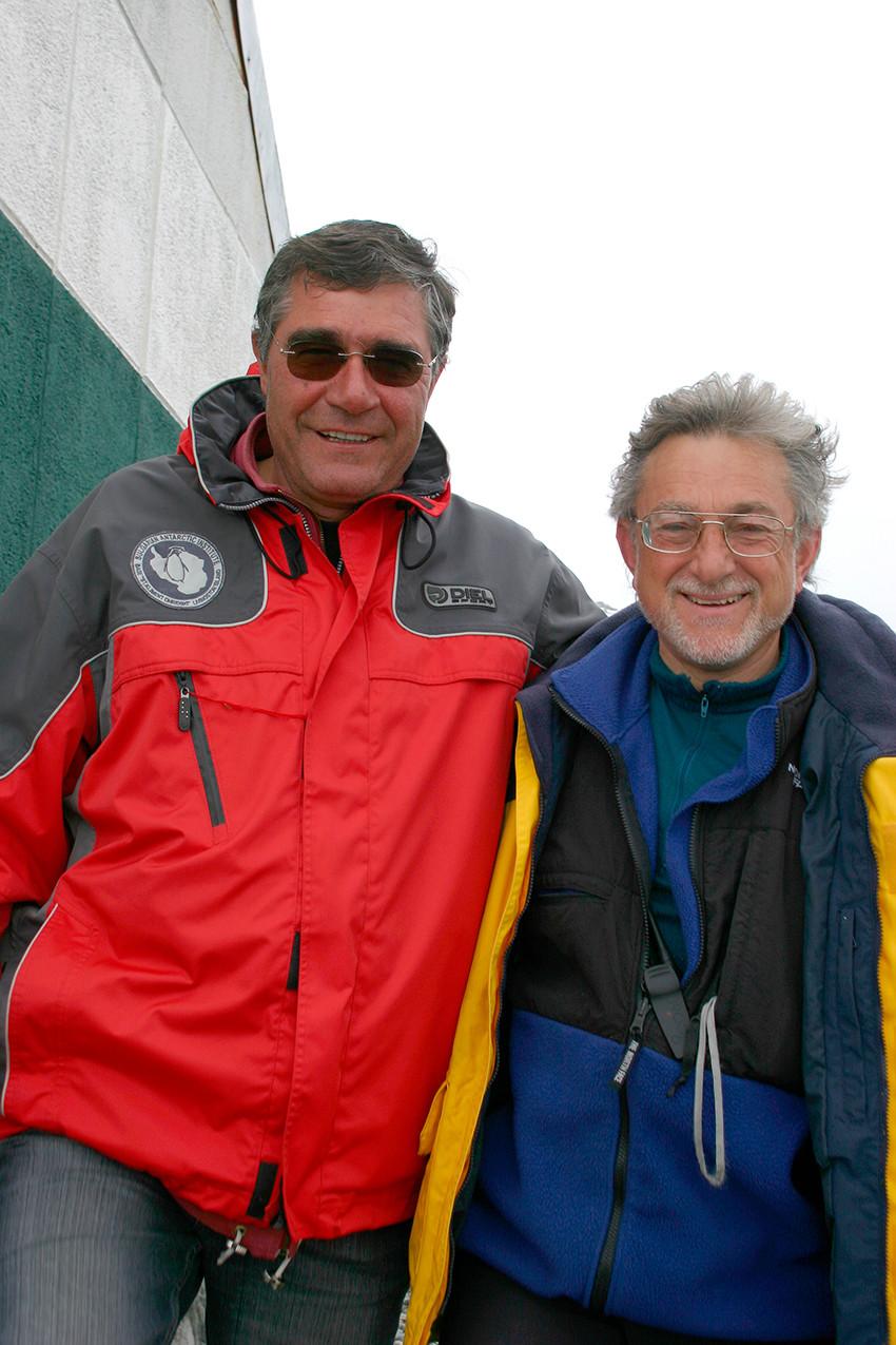 Проф. Христо Пимпирев (вляво) и Хавиер Качо на българската база на остров Ливингстън