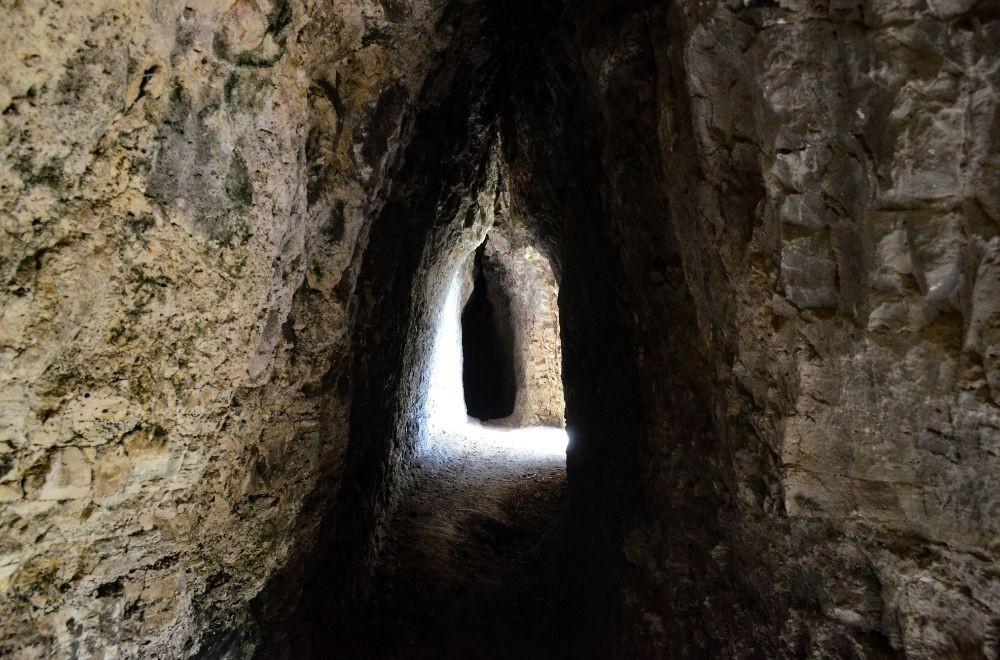 Chan Kaya est un tunnel de 64 m de long, creusé dans le rocher