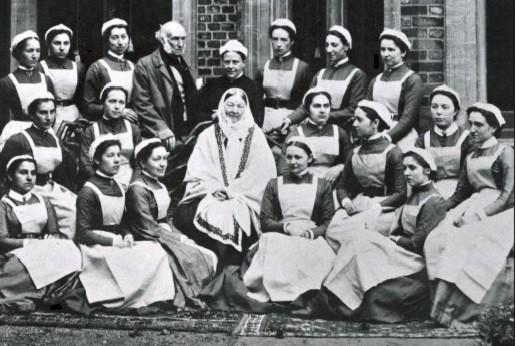 Флорънс Найтингейл през 1886 г. със завършващ клас медицински сестри