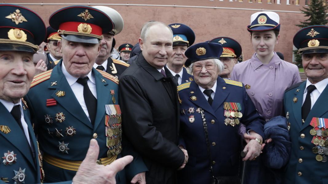 Денят на победата - Москва, 9 май 2021 г. Руският президент се среща с ветерани и военни по време на традиционния парад. Снимка: ЕПА/БГНЕС