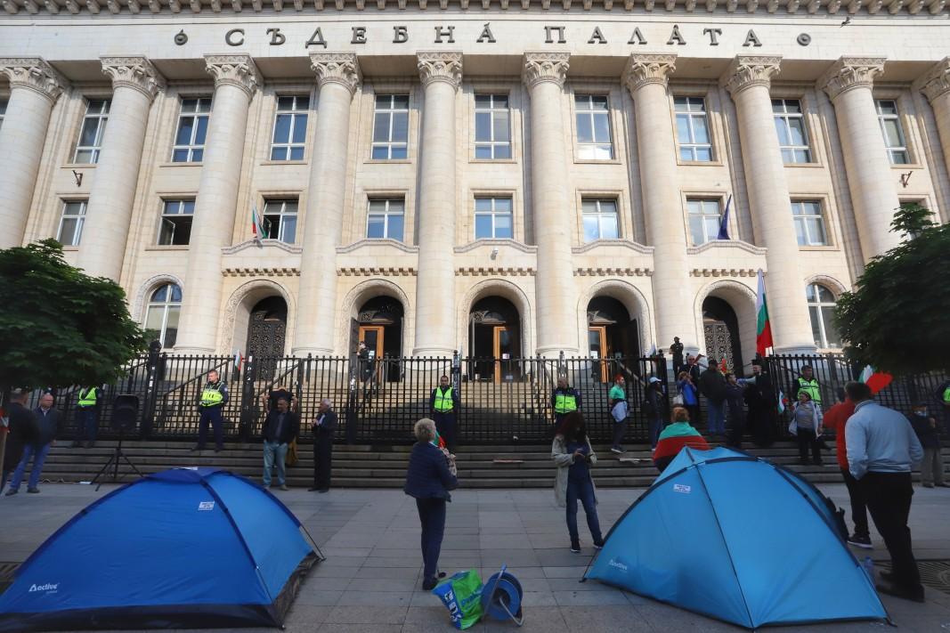От 8 юни пред Съдебната палата са разположени палатки на протестиращи, които искат оставката на главния прокурор Иван Гешев.