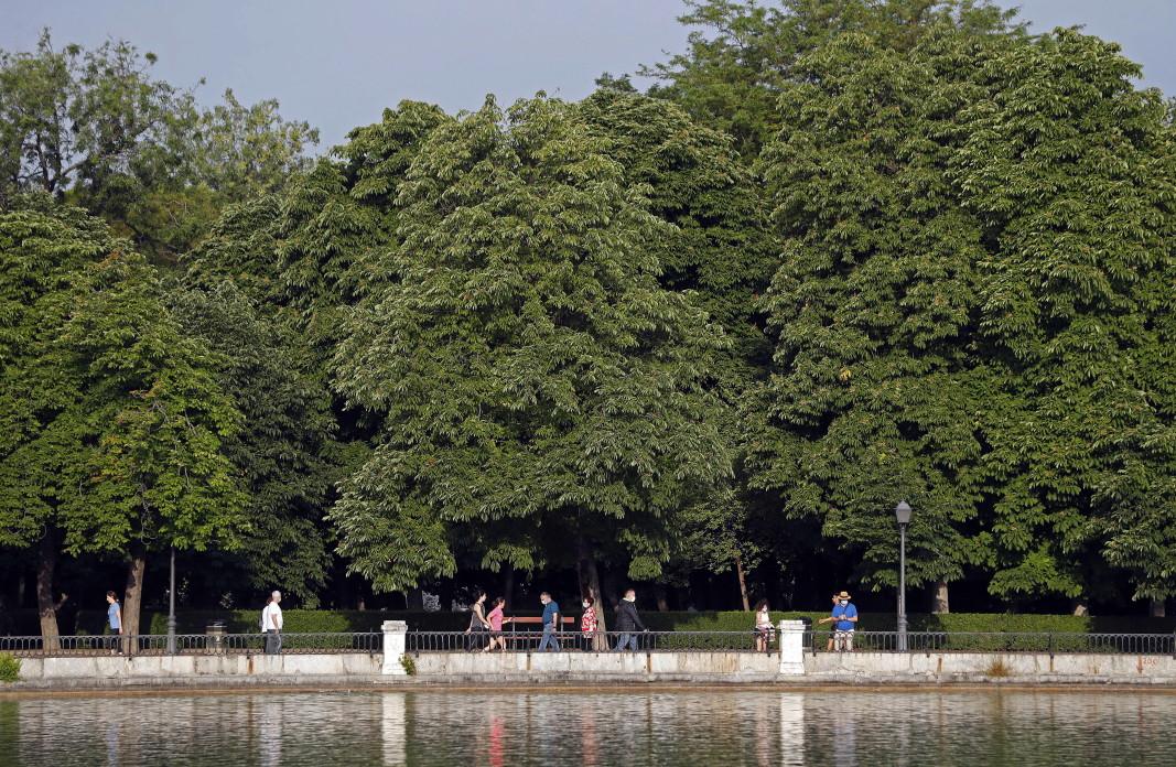 """За първи път от 10 седмици отвори популярният парк """"Ел Ретиро"""" в Мадрид."""