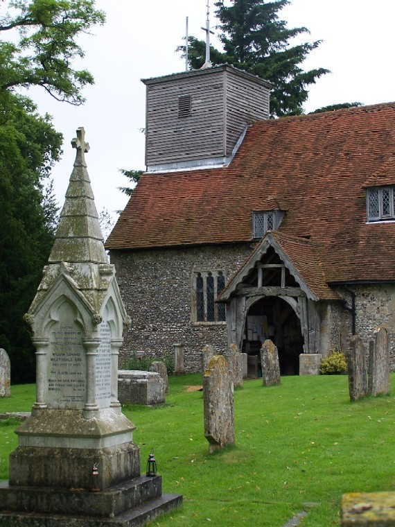 """Гробът на Флорънс Найтингейл в двора на църквата """"Св. Маргарет"""" в Хемпшир"""
