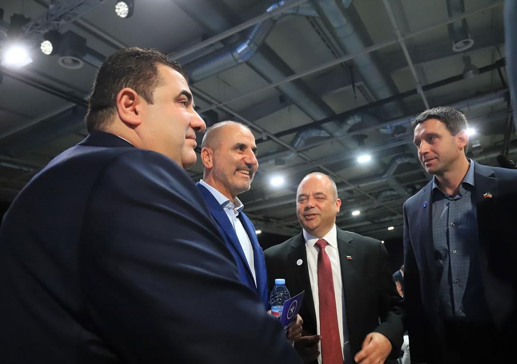 Павел Вълнев (първият отляво) и Цветан Цветанов на учредителния форум на партията