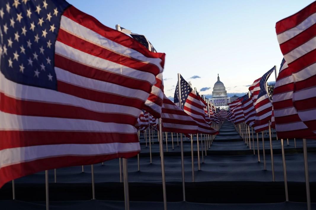 Поляна от знаменца замества хилядите хора, които в години без пандемия присъстват на полагането на президентската клетва във Вашингтон. Снимка: БТА