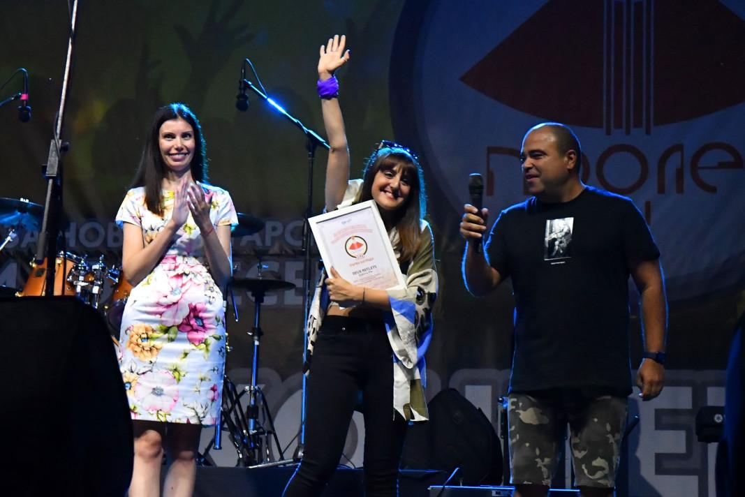 Еlectric Pie спечелиха Първа награда, която им бе връчена от Галя Тренчева – член на УС на БНР