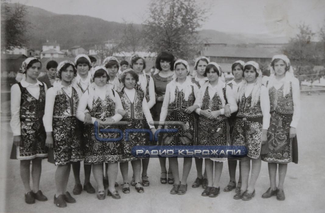Савка Сариева с детса група от Доспат. Снимка: Личен архив.