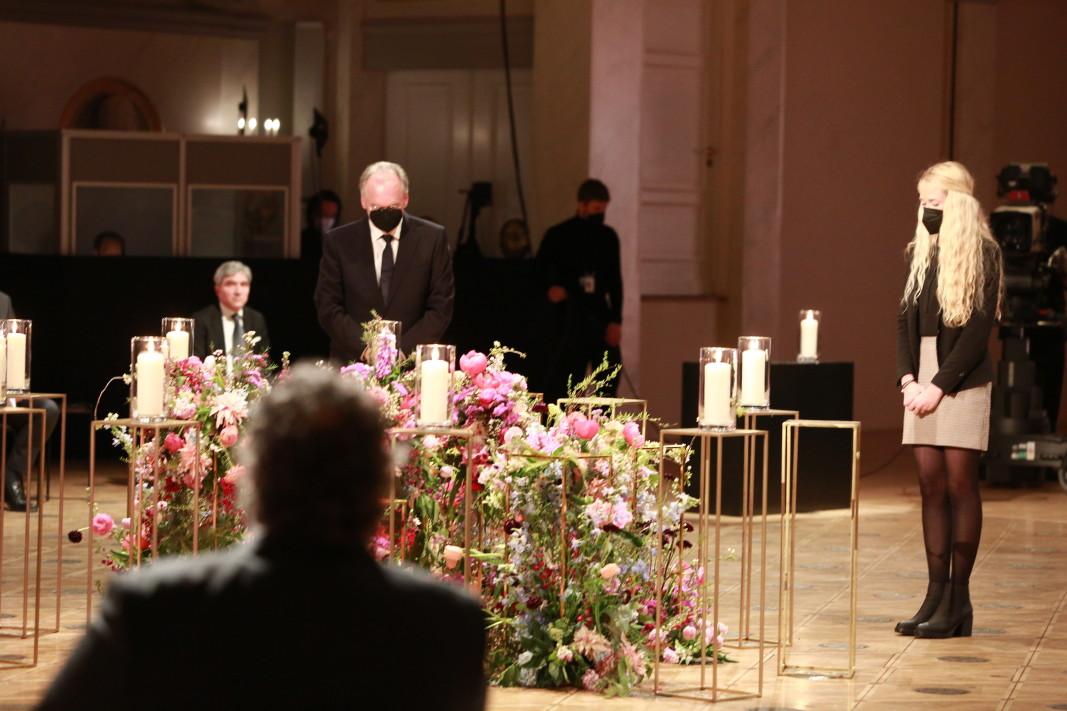 По инициатива на германския президент Франк-Валтер Щайнмайер, ръководители на германската държава и представители на религиозни институции се събраха на 18 април на църковна служба, последвана от централен национален траурен акт в памет на 80 000 души, загинали по време на пандемията Covid-19 в Германия.