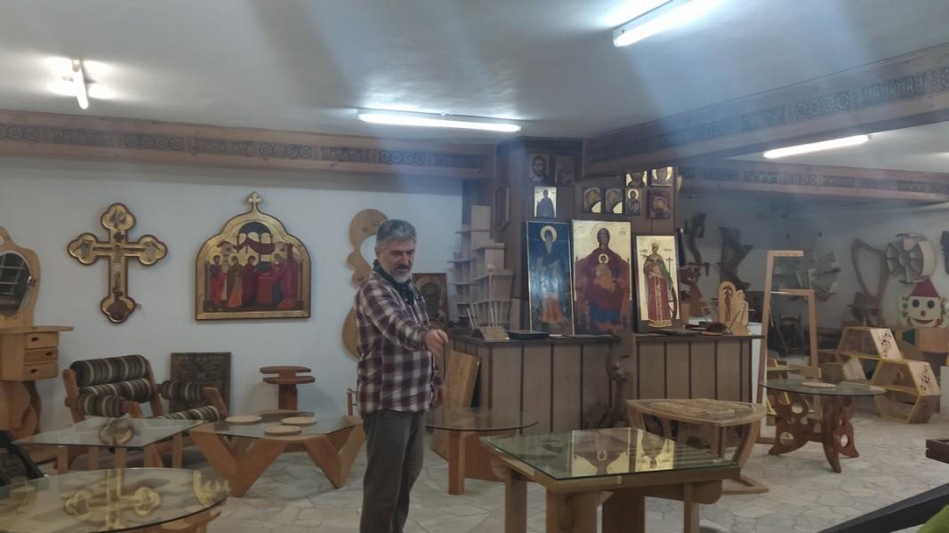 Сред ученически работи с директора Орфей Миндов