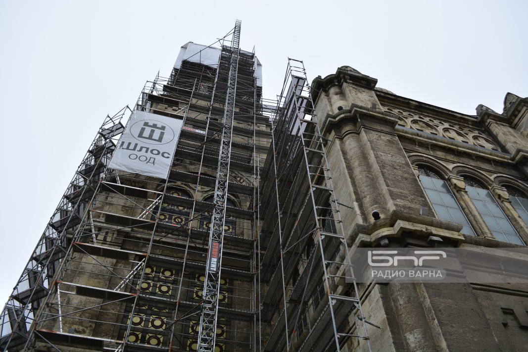 Близо година храмът на Варна ще е опакован в скелета.
