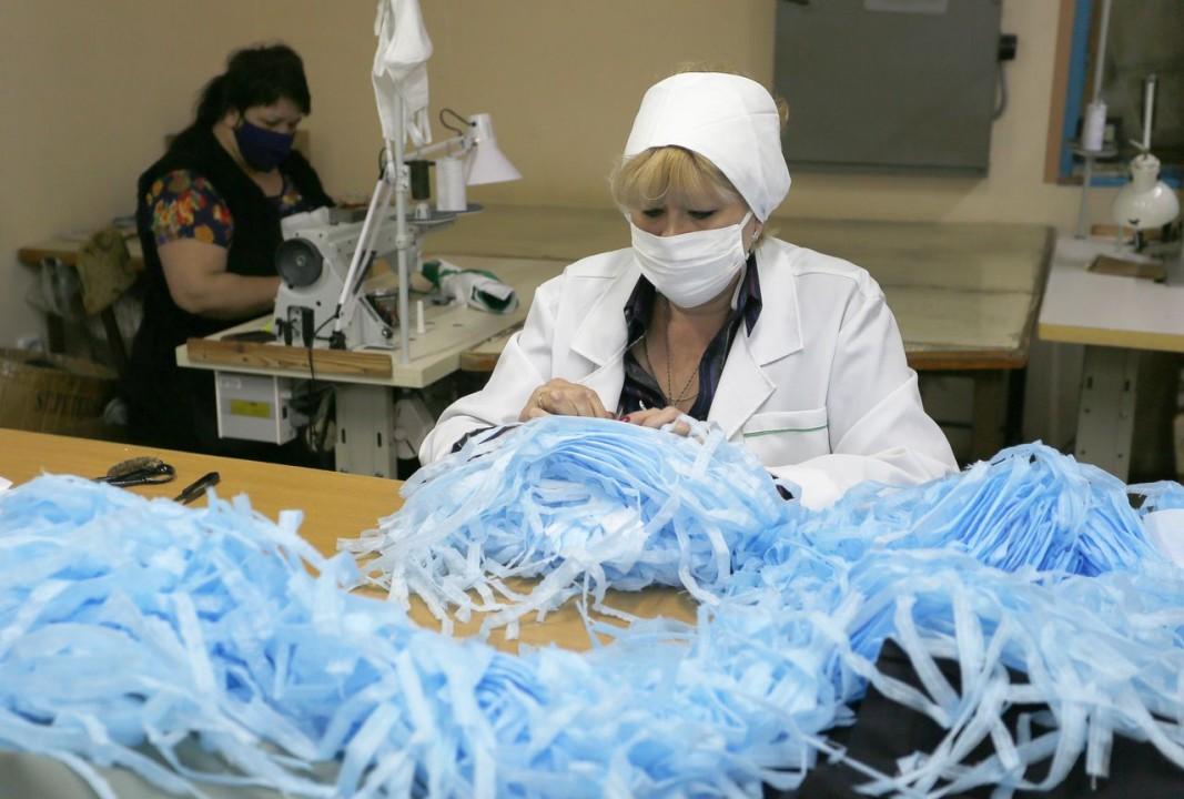 Някои шивашки предприятия също бързо се пренастроиха.