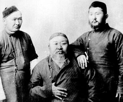 Абай Кунанбаев със синовете си