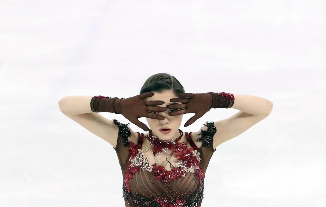 Двукратната световна шампионка ЕвгенияМедведева(Русия) поведе след кратката програма при жените