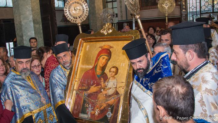 """Стотици старозагорци посрещнаха Чудотворната икона на Пресвета Богородица """"Скоропослушница"""", която"""