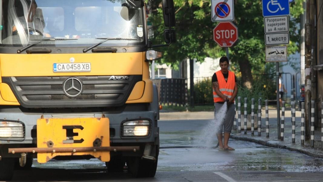 Дезинфекцират улиците в София Снимка: БГНЕС