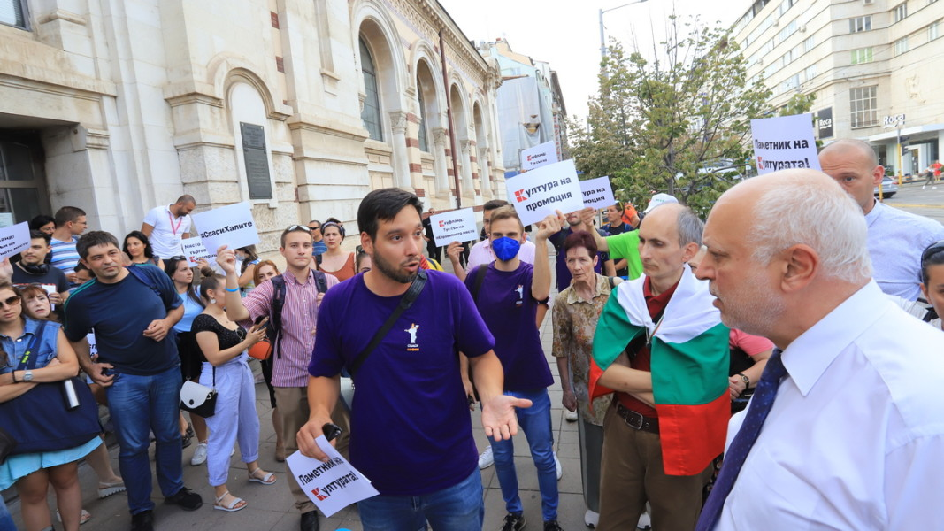 Борис Бонев в диалог с министъра на културата Велислав Минеков пред сградата на Централните хали по време на протест. 4 юли 2021 г.