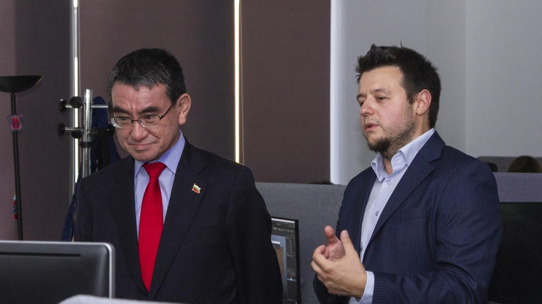 Японският външен министър Таро Коно по време на посещението му в България заедно с Георги Динчев