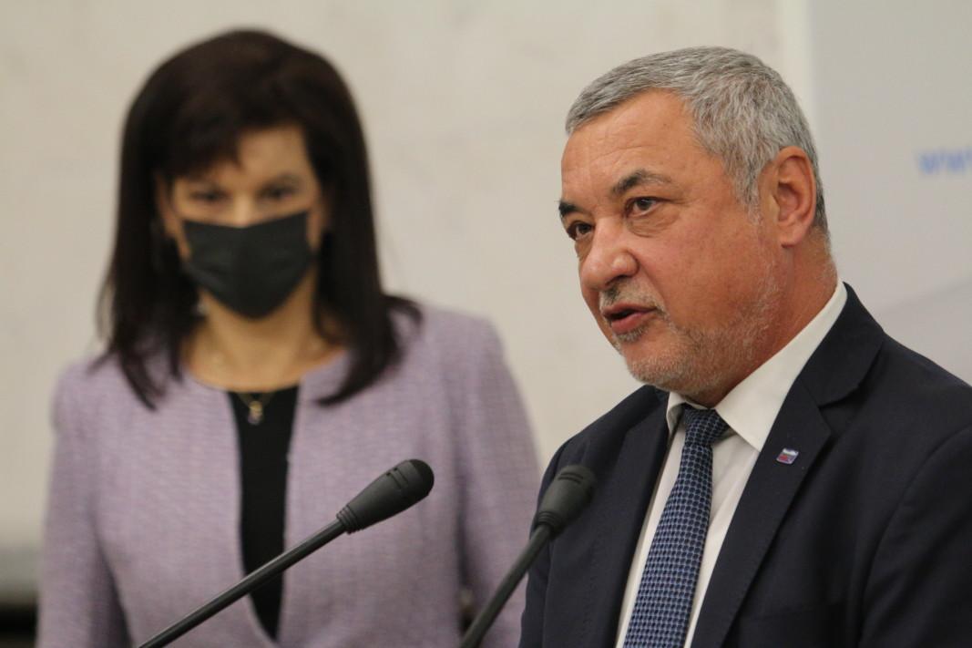Даниела Дариткова и Валери Симеонов дадоха изявление в сградата на Народното събрание.