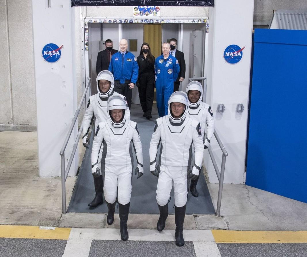 Французинът Тома Песке (вляво отзад), американката Меган Макартър (вляво отпред), сънародникът ѝ Шейн Кимброу (вдясно отпред) и японецът Акихико Хошиде ще са новите членове на екипажа на Международната космическа станция.