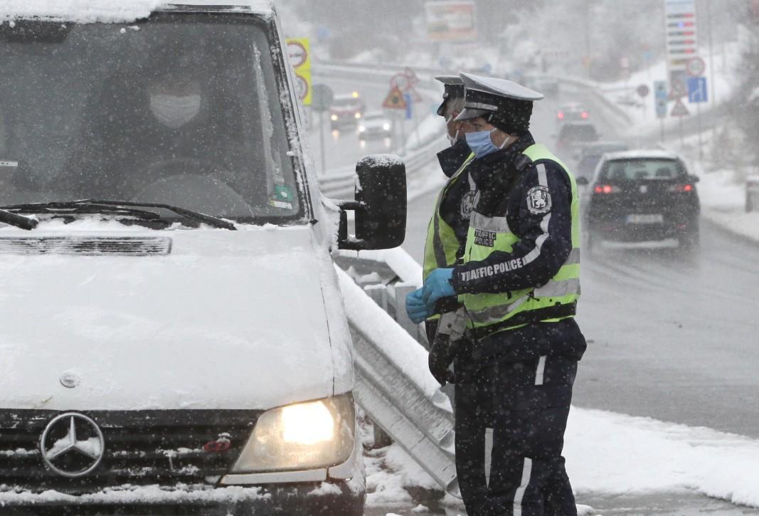 На 23 март  въпреки обилния снеговалеж и студа  полицаите щателно проверяваха документите(служебни бележки от работодател) на водачите по пътя София – Перник .