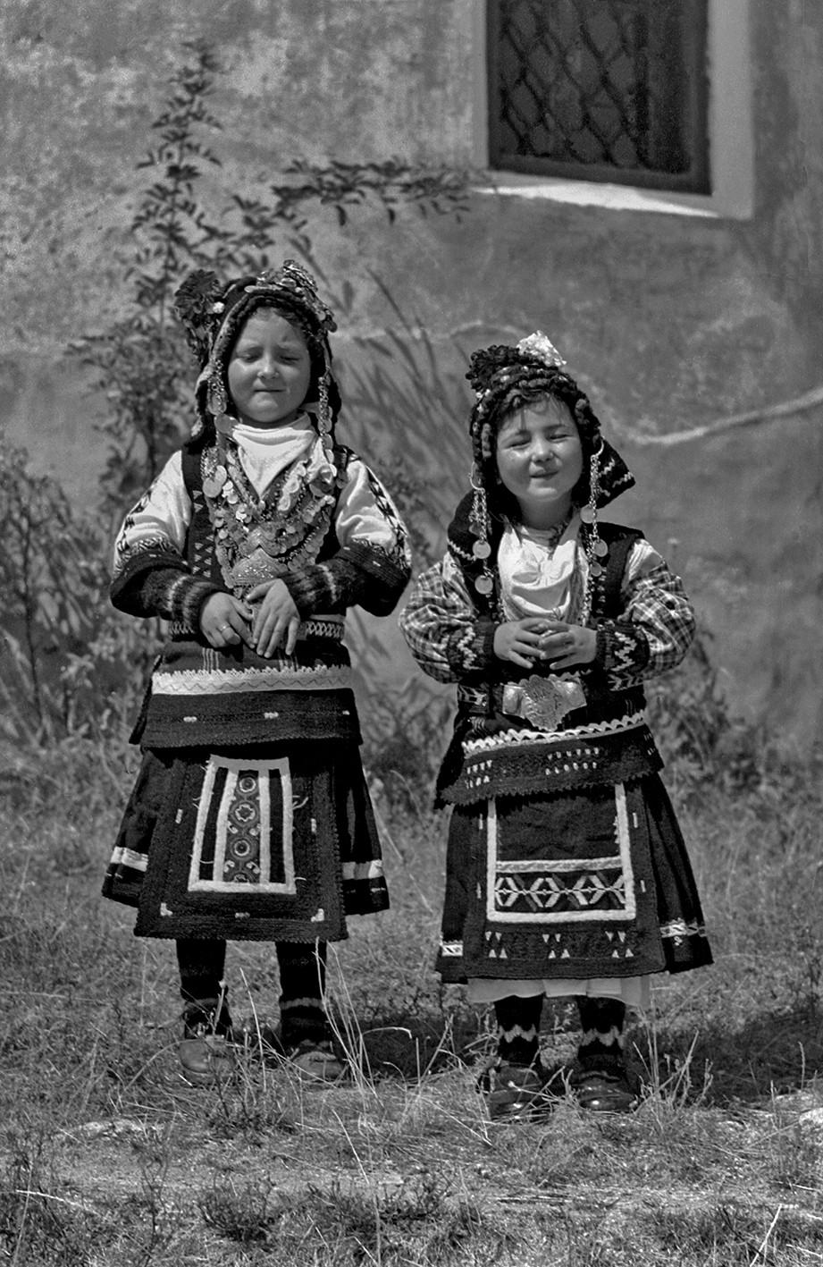 Деца в каракачанска носия, Копривщица, 1952 г. Снимка: Стоян Сертев