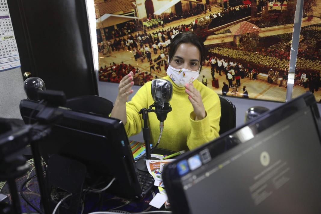 Радио урок за ученици без достъп до интернет в Колумбия.        Снимка: БТА