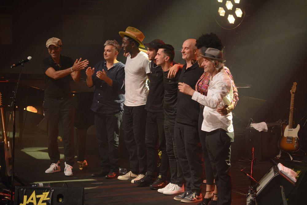 Маню Катче (отляво) и Ерик Трюфа(з) (отдясно) с музикантите си по средата на бис в Кутанс 2021
