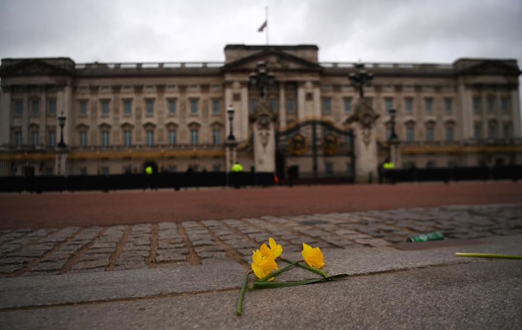 Цветя пред Бъкингамския дворец, 10 април 2021 г./ЕПА/БГНЕС