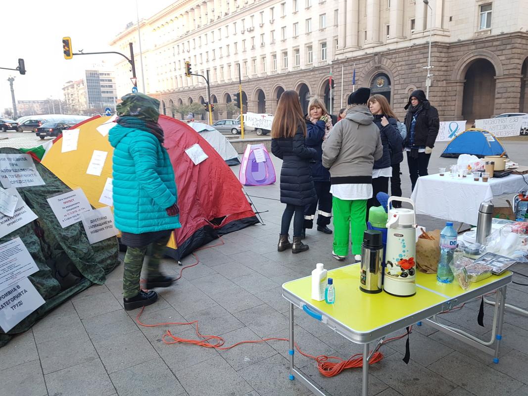 Медицински сестри и здравни работници опънаха палатки пред Министерски съвет
