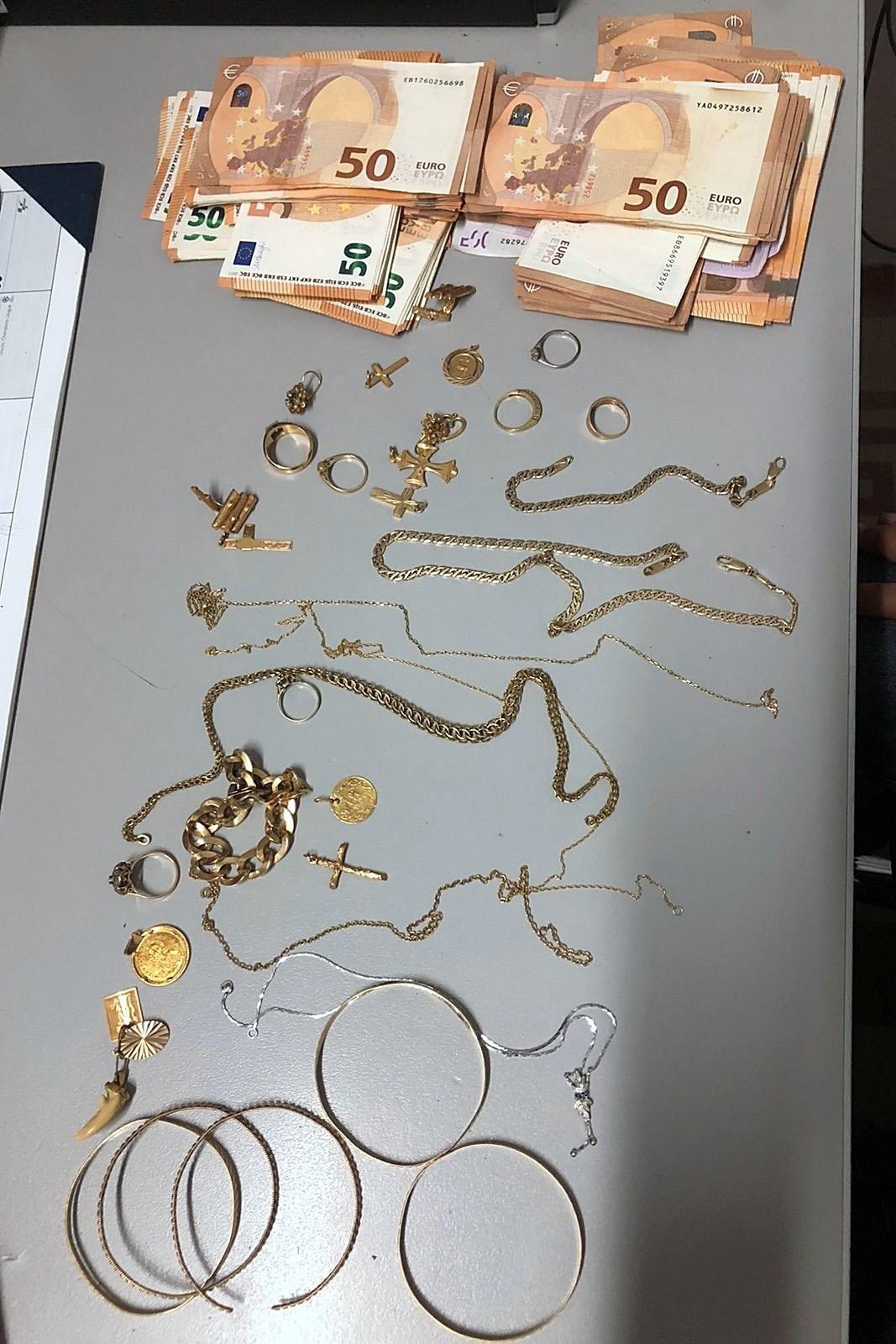 Конфискувани евро и бижута, придобити чрез измами. Снимка: Полиция на Гърция