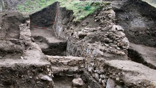Крепостна стена, завършваща с кръгла бойна кула, е открита при