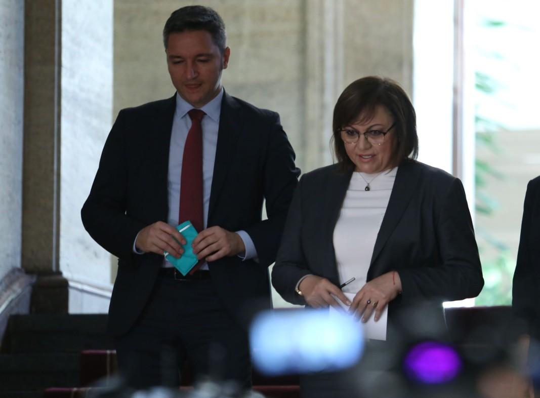 Корнелия Нинова и Кристиан Вигенин при връщането на мандата