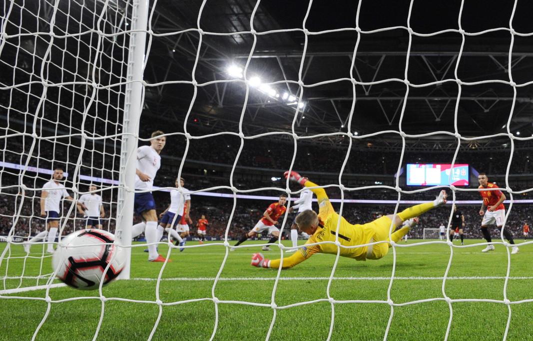 Испания стигна до трудна победа с 2:1 над Англия на