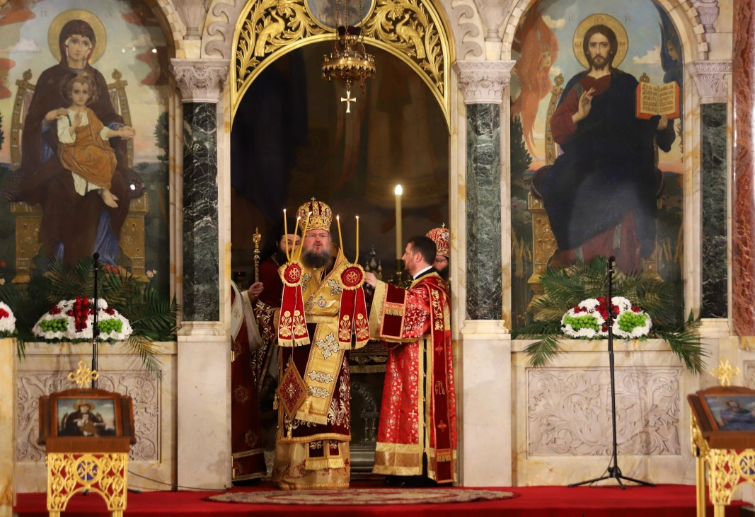 Под камбанния звън на храм-паметника Св. Александър Невски и с думите: Христос Воскресе! Митрополит Григорий оповести настъпването на най-големия християнски празник Възкресение Христово.
