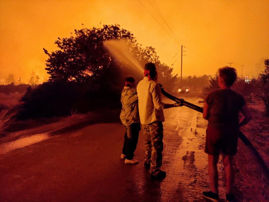 Местни жители се борят с горски пожар в района на Лимни на остров Евия, Гърция, 4 август 2021 г.
