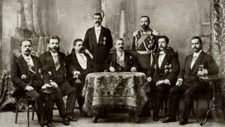 Иван Евстратиев Гешов (в средата) сред членове на своето правителство